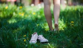 Barefoot: Je zdravé chodit (skoro) bosí?